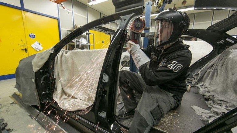 Ran an die Karosserie: Um sie verlängern zu können, müssen die Fahrzeuge erst einmal auseinandergesägt werden.  Foto: Mierendorf