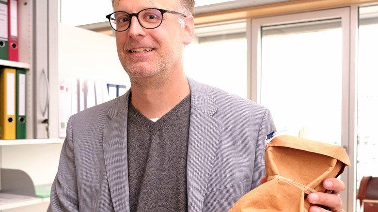 Handlich verpackt: Solche Beutel mit Schulungsmaterial verteilen Fredrik Grünenfelder und sein Team in der Tollwutprävention.