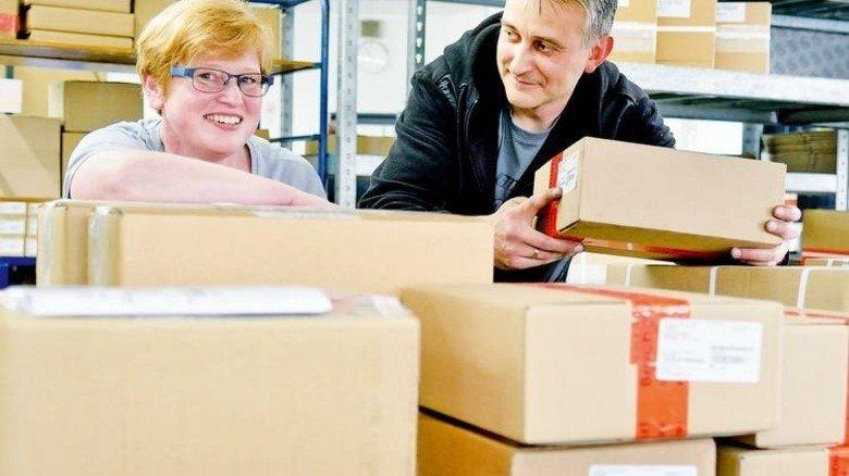 Mehr Fachwissen in der Logistik: Silke Peter und ihr Gruppenleiter Eugen Förderer. Foto: Scheffler
