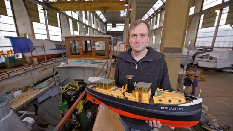 Schiffsretter: Bjørn Nicolaisen vom Museumshafen Oevelgönne mit einem Modell des Dampfers. Foto: Augustin