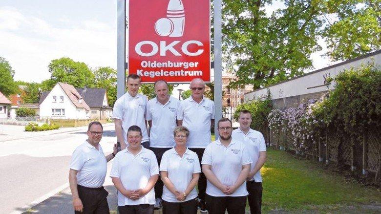 Erfolgreich: Spartenleiter Sigwald Möhlmann (vorne links) mit den Betriebskeglern von Premium Aerotec in Nordenham. Foto: Werk