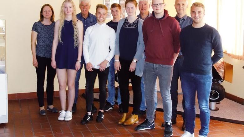 Junge Fachkräfte: Bei KS Gleitlager schlossen fünf junge Leute ihre Ausbildung ab. Foto: KS Gleitlager