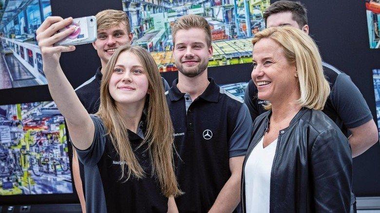 Selfie mit der Managerin: Mercedes-Azubis mit Daimler-Vorstand Britta Seeger (rechts). Foto: Daimler