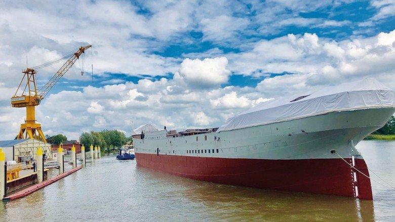 """Viermaster ohne Masten: Die """"Peking"""" am Pier der Peters  Werft, die im Sommer 2017 mit der Renovierung begann."""