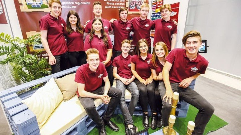 Hochwertig: Mit ihrem Palettensofa schafften es diese Rottweiler Schüler auf den ersten Platz. Foto: Mierendorf