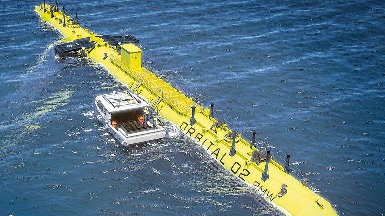 """Über Wasser: Die Gezeitenturbine """"O2"""" der schottischen Firma Orbital schwimmt auf dem Meer."""