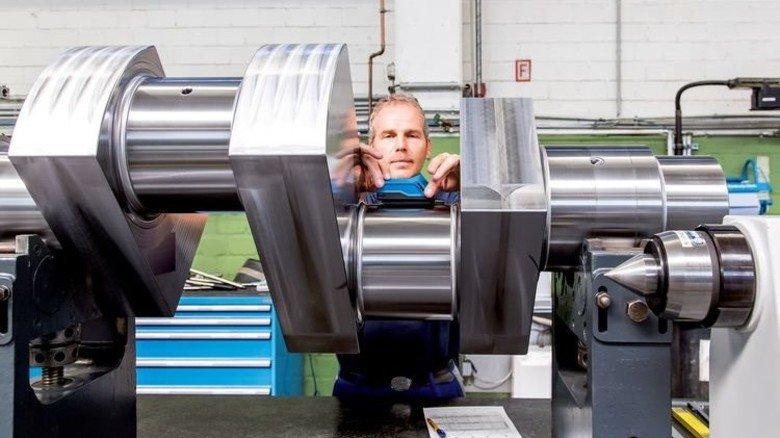 Präzision ist alles: Mit einem kleinen elektronischen Gerät überprüft Willi Schneiders die Maße einer Kurbelwelle. Foto: Tack