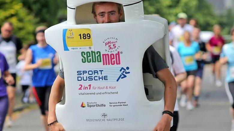 Toni Neier ist Schöpfer der laufenden Flasche, einem Highlight bei vielen Marathons.