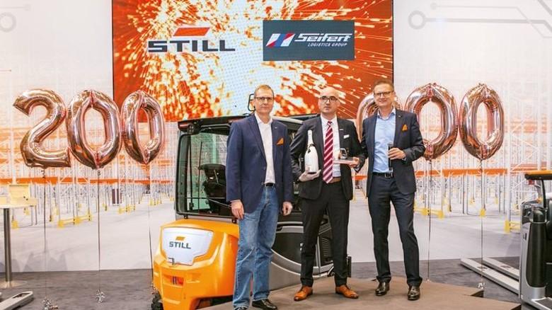 Still-Stapler übergeben: Still-Manager Holger Brandt (links), Vertriebs-Chef Thomas A. Fischer (rechts) und Christian Stoll (Mitte), Geschäftsführer von Seifert Logistics. Foto: Still