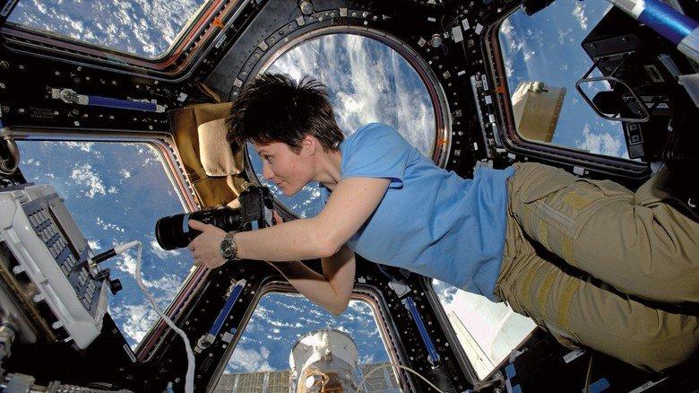 Im Weltraum: Die Astronautin fotografiert durch ein Fenster der Internationalen Raumstation ISS.