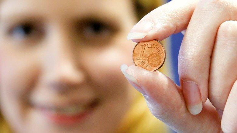 Engagiert: Die Airbus-Mitarbeiterin mit einem symbolischen Cent.