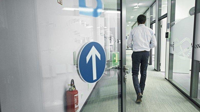 Klare Regeln: Die Wege im Unternehmen sind gekennzeichnet und nur einzeln zu betreten.