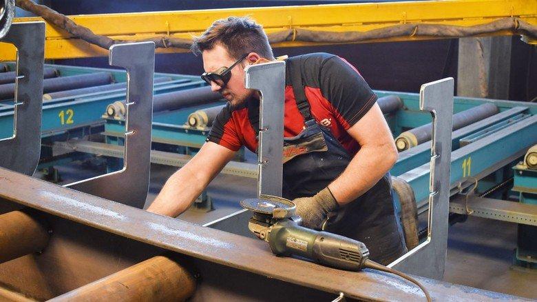 Fachkraft mit Flex: Dennis Breitenfeld, in seiner Lehre einer der besten Azubis in MV, bei der Arbeit an einer Stahlkonstruktion.