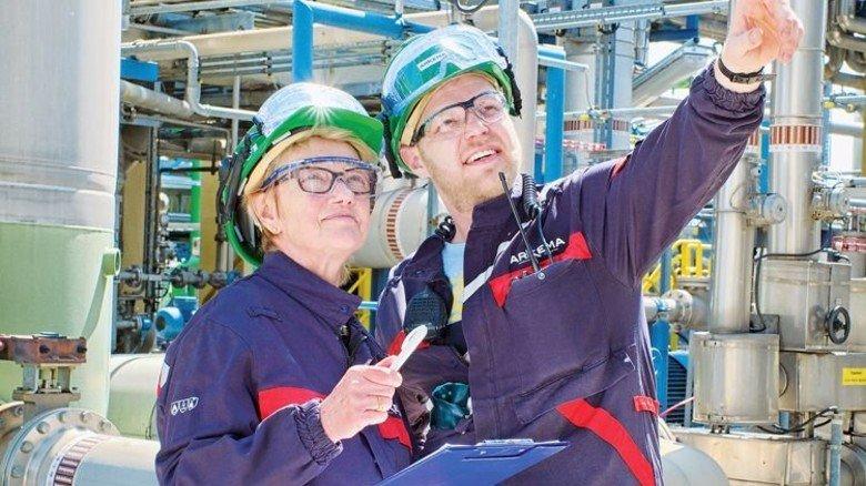 Achten auf Details: Expertin Clelia Birkigt und Anlagenfahrer Paul Artmann besprechen eine kleine Reparatur. Foto: Deutsch