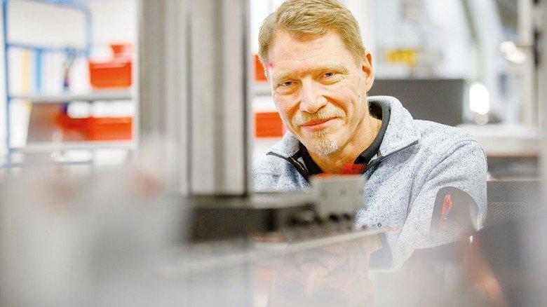 Industriemeister: Jens Unglaub prüft fertige Teile in der Qualitätssicherung.