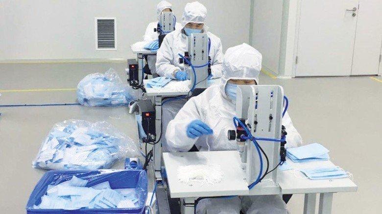 Eigenproduktion von Masken: Der Filterspezialist Mann+Hummel produziert sie an verschiedenen Standorten selbst.
