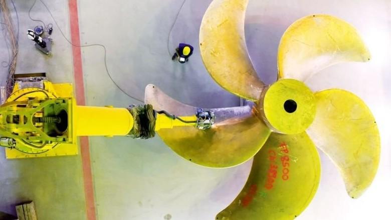 Sensibler Koloss: Behutsam nähert sich der Roboterarm dem 68 Tonnen schweren Propeller-Rohling. Foto: Augustin