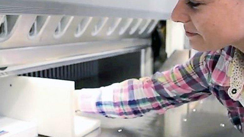 Sie zeigt ihren Job im Film: Laura, angehende Medientechnologin Druckverarbeitung. Foto: Screenshot