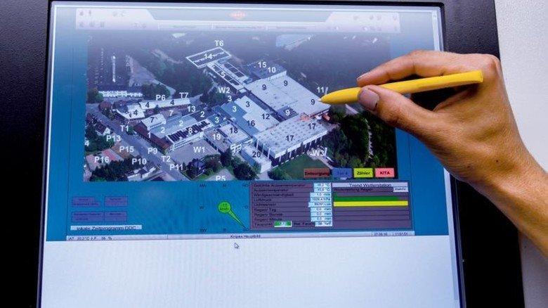 Ganze Firma im Blick: Am Bildschirm sieht Deniz Önler die Verbrauchswerte. Foto: Tack