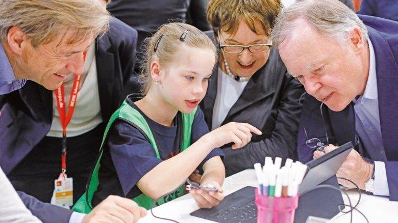 Guter Draht zum Nachwuchs: Niedersachsenmetall-Hauptgeschäftsführer Dr. Volker Schmidt, Wirtschaftsministerin Brigitte Zypries, Ministerpräsident Stephan Weil (von links). Foto: Prell