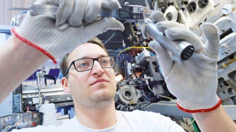 Präzise: Thomas Schubert kontrolliert eine frisch produzierte Hülse. Foto: Deutsch