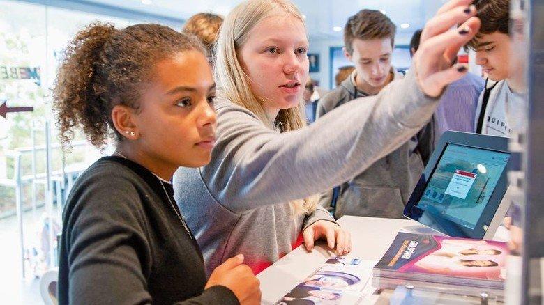 Aufzugsteuerung: Mädchen beim Programmieren. Foto: Tuler