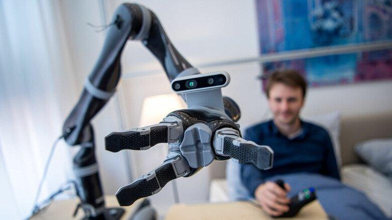 Langsam wird's möglich: Manche Roboter haben heute so viel Gefühl in den Fingern, dass sie uns Wasser reichen können.