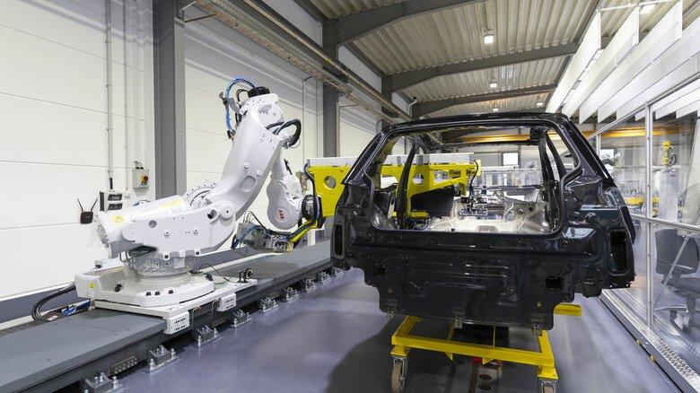 Vollautomatische Produktion: Die großen Roboter von ABB sind bei nahezu jedem Autohersteller in Europa zu finden.