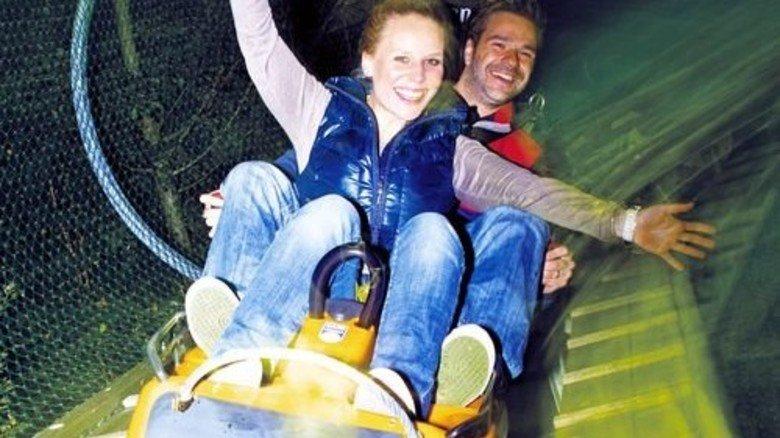 Mit Vollgas durch die Dunkelheit: Nachtfahrt auf dem Alpsee Coaster. Foto: Alpsee Bergwelt