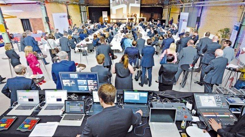 Moderne Medientechnik in der Alten Schlosserei: Volles Haus beim 28. Hessenforum. Foto: Scheffler