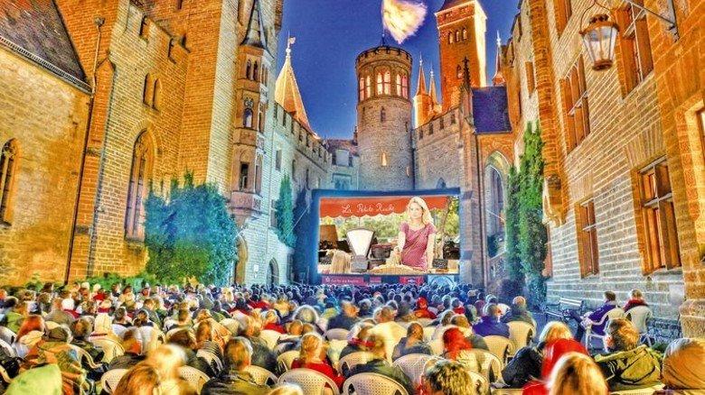 Ganz großes Kino: Im Innenhof der Burg Hohenzollern. Foto: Roland Beck