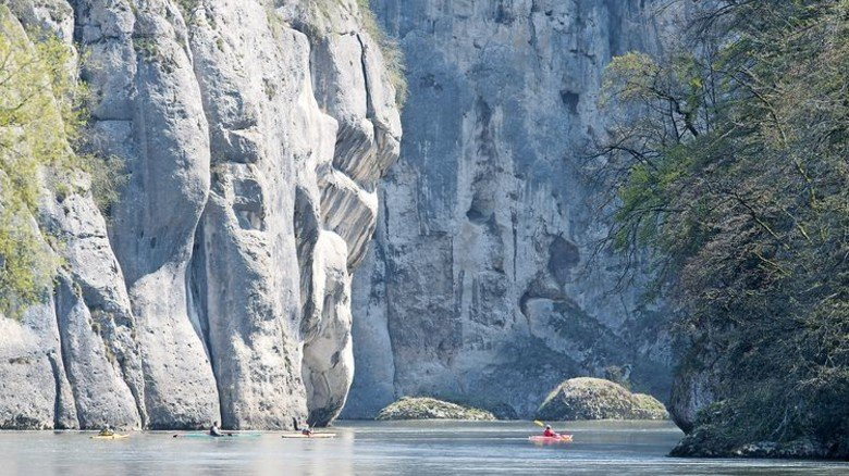 Donaudurchbruch: Zwischen den hohen Felswänden bei Weltenburg wirken die Kajaks wie Spielzeug. Foto: Weigel.