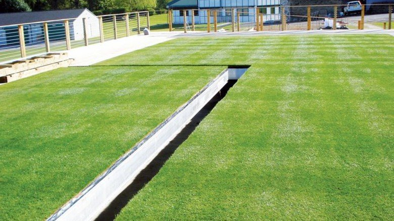Klare Kante: Auf dem Testfeld in England werden die Rasenstücke zusammengefügt. Foto: Werk