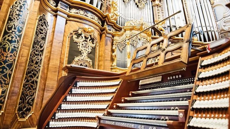Riesiges Instrument: Die Orgel im Passauer Sankt-Stephans-Dom besteht aus fünf Teilwerken, die der Organist zentral bedient. Foto: Kaeser