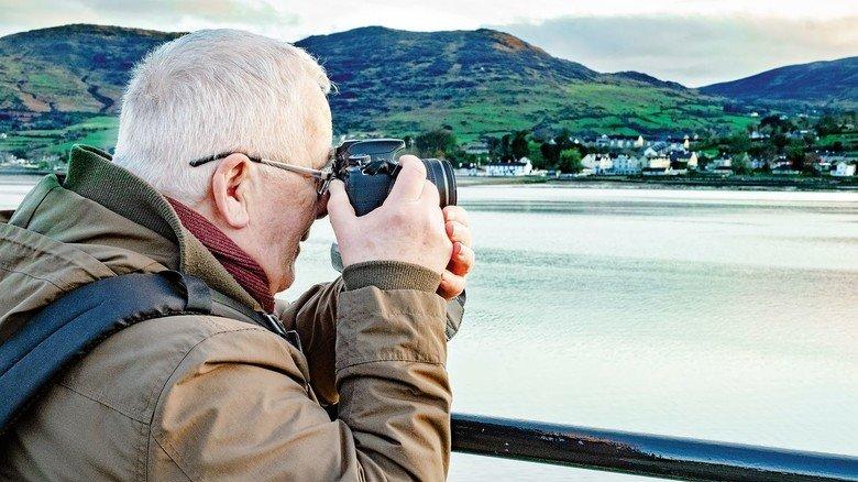 Republik im Visier: Ein Tourist fotografiert von nordirischem Boden aus die nahe irisch-nordirische Grenze.