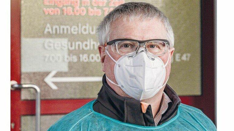 Nur gut geschützt im Werk unterwegs: Betriebsarzt Harald Bischof.