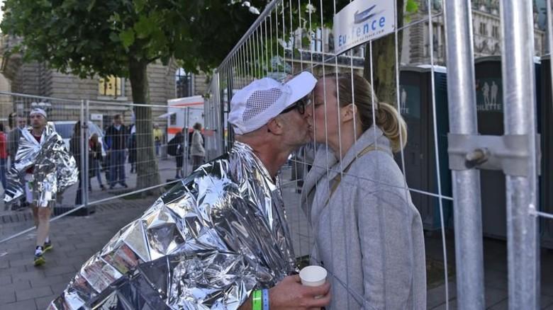 Im Ziel wurde Paul Jacobs von seiner Frau Monique mit einem Küsschen begrüßt. Foto: Christian Augustin