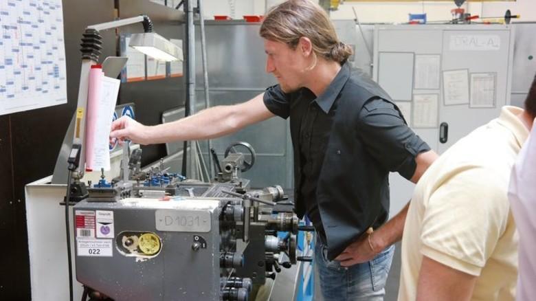 Spannender Werkbesuch: Ein Stipendiat in der Montagehalle von Mankenberg. Foto: Mankenberg
