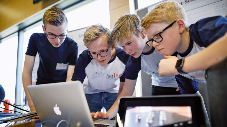Teamwork: Die Schüler erarbeiten ihre Projekte in Gruppen und lernen so, wie man gemeinsam optimale Ergebnisse erreicht.