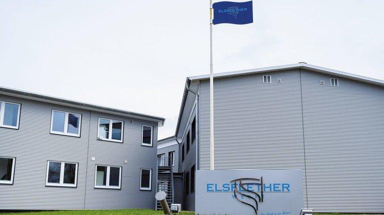 Die Lürssen-Gruppe könnte neuer Eigentümer der Elsflether Werft (rechts) werden.