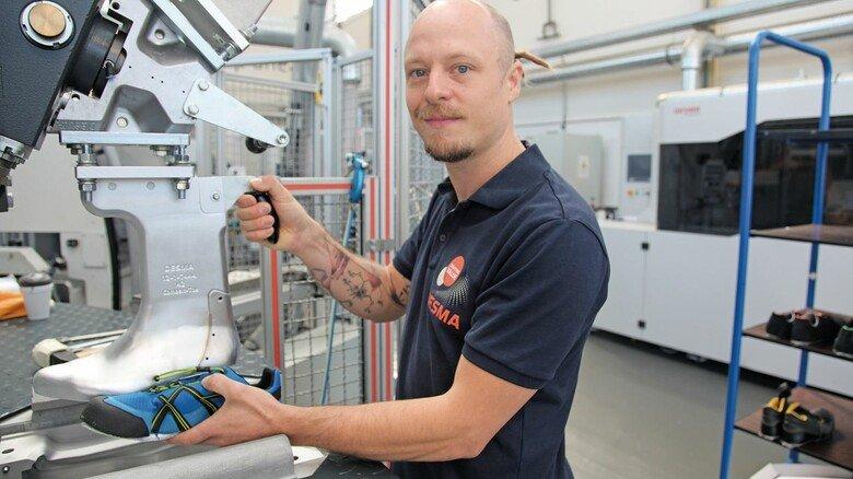 """Im Werk: Der gelernte Schlosser Philippe Rosiefsky arbeitet im """"Customer Service Center"""" von Desma in Achim."""