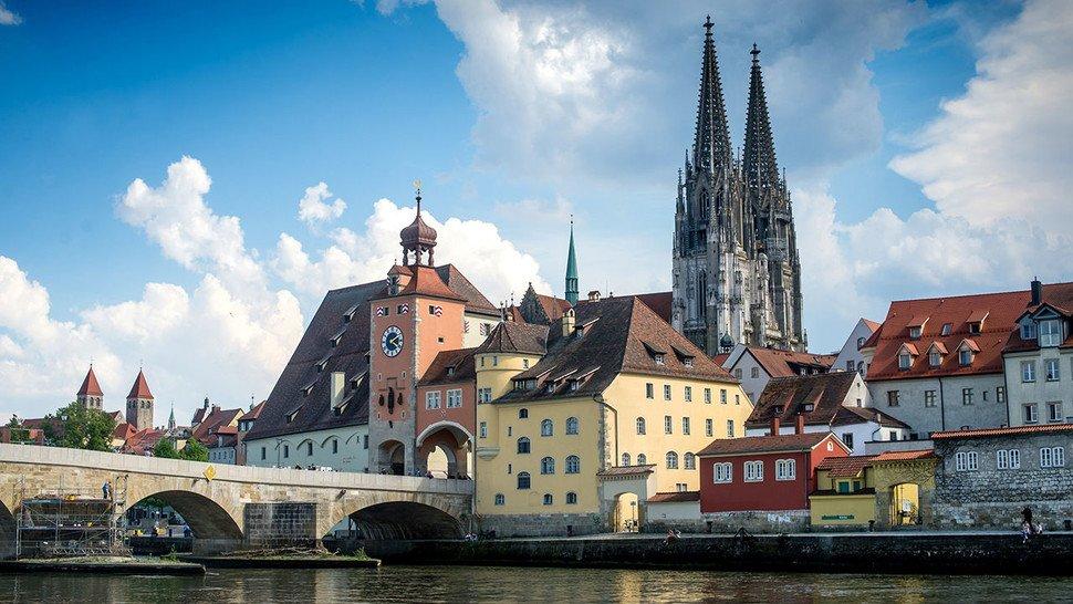 An der schönen blauen Donau: Wer sich für Geschichte interessiert, sollte die Stadt Regensburg besuchen.