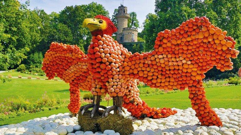 Impression von der Ludwigsburger Kürbisausstellung 2019: farbenprächtiger Vogel im Märchengarten.