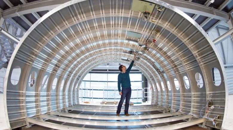 Praxisnah: Ein Techniker in einem Flugzeugrumpf, an dem neue Konzepte für Kabinen entwickelt werden. Foto: dpa