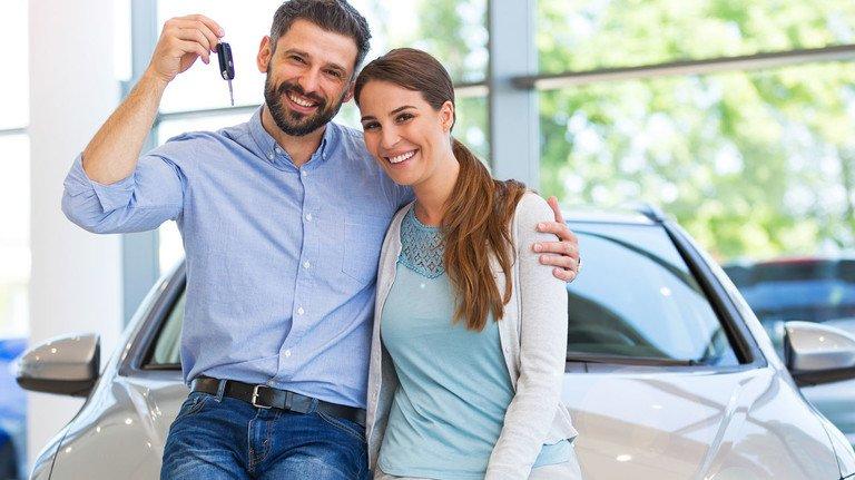 Glückliche Autobesitzer: Der Vorteil der Drei Wege Finanzierung sind niedrige Monatsraten.