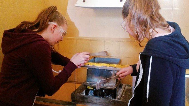 Lernen durch Ausprobieren: Zwei Schülerinnen an einer Experimentierstation in dem Museum. Foto: Deutsches Salzmuseum