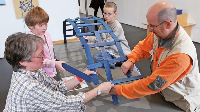 Mathe in der praktischen Anwendung: Beim Bauen von Holzbrücken ohne Leim und Schrauben kann man einiges lernen.