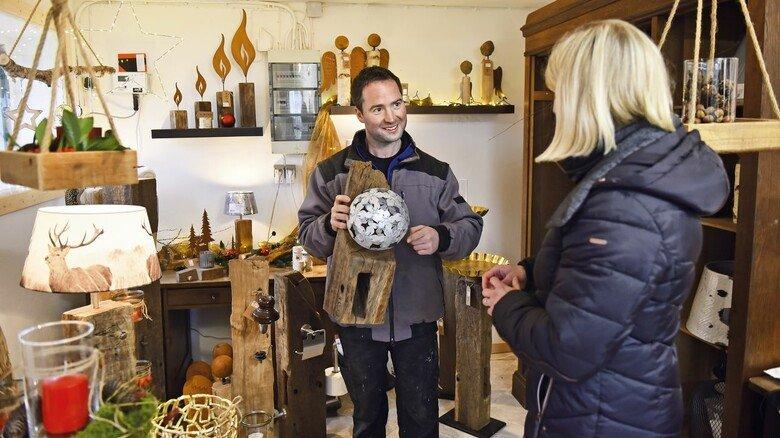 Kundenbesuch: Maik Lüdeke in dem Ausstellungsraum, der sich auf dem Hof seiner Eltern in Maasen befindet.