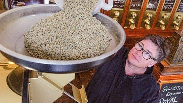 Und rein damit! Im Bonner Kaffeekontor röstet Christiane Russ-Hattingen Bohnen. Foto: Roth
