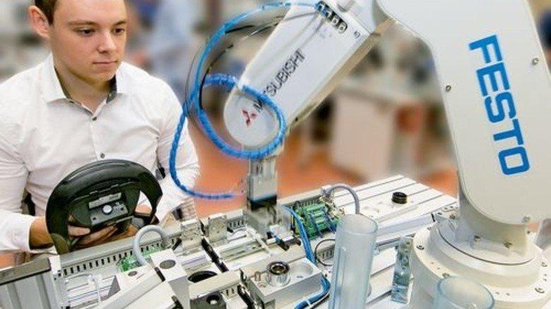 Tut der Roboter schon, was er tun soll? Marco Schlegel testet sein Programm. Foto: Mierendorf